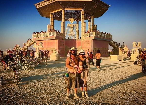 Roizman, con su mujer y su hijo, en la edición 2017 de Burning Man
