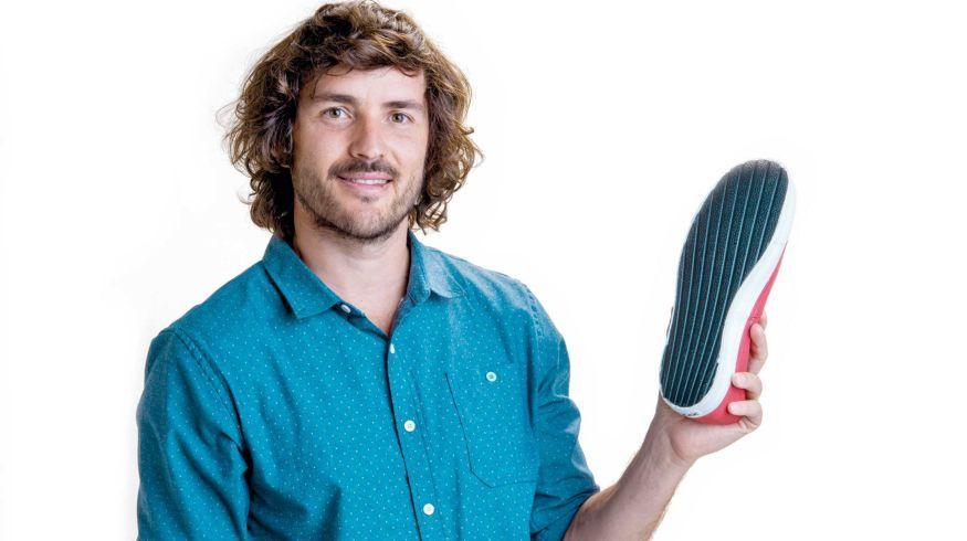La historia del emprendedor que hace zapatillas con neumáticos descartados