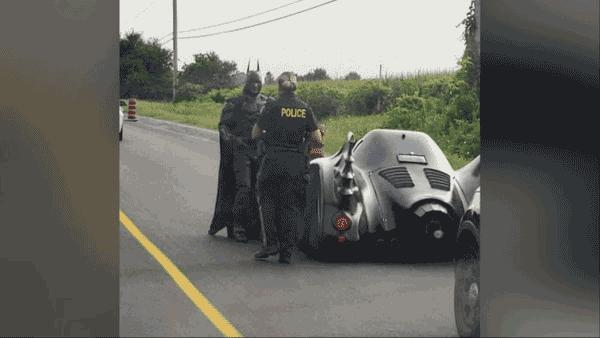 Policía detiene a Batman por exceso de velocidad en su Batimóvil